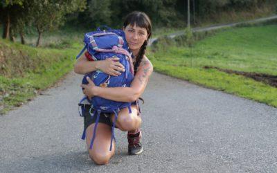 La historia de amor de Amaya y Kyla: de Andorra a Fisterra para homenajear a su perra
